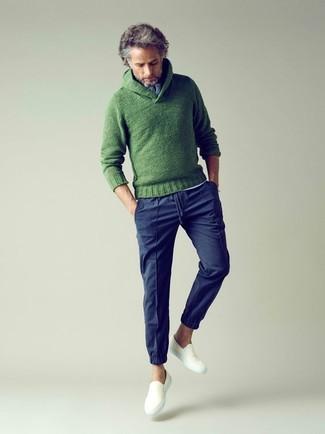 Cómo combinar: jersey con cuello chal de punto verde, camiseta henley blanca, pantalón chino azul marino, zapatillas slip-on de lona blancas