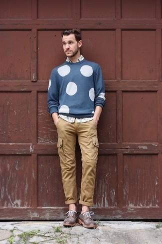 Cómo combinar: jersey con cuello circular a lunares azul, camisa de manga larga estampada gris, pantalón cargo marrón claro, zapatos brogue de cuero en marrón oscuro