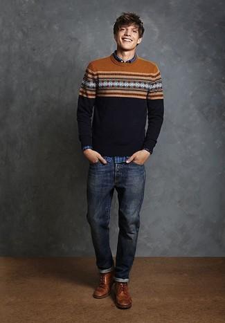 Cómo combinar: jersey con cuello circular de grecas alpinos azul marino, camisa de manga larga de tartán azul, vaqueros azul marino, botas brogue de cuero marrónes