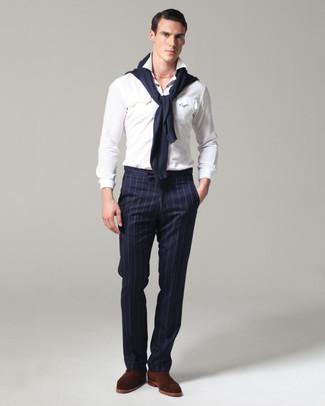 Cómo combinar: jersey con cuello circular azul marino, camisa de manga larga blanca, pantalón de vestir de rayas verticales azul marino, zapatos oxford de ante en marrón oscuro