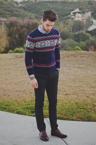 Cómo combinar: jersey con cuello circular de grecas alpinos azul marino, camisa de manga larga celeste, pantalón chino negro, zapatos oxford de cuero burdeos