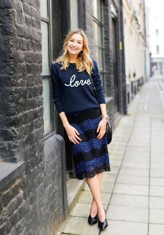 Cómo combinar: jersey con cuello circular estampado azul marino, falda lápiz de encaje azul marino, zapatos de tacón de cuero negros, reloj dorado