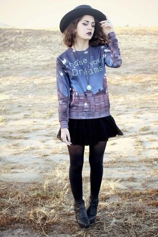 Cómo combinar: jersey con cuello circular estampado azul marino, falda skater de encaje negra, botines de cuero negros, sombrero de lana negro