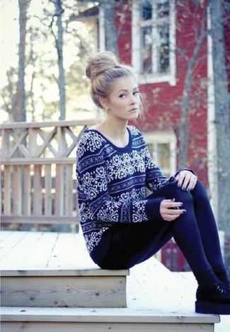 Cómo combinar: jersey con cuello circular de grecas alpinos azul marino, leggings azul marino, botines chelsea de ante negros, calcetines negros