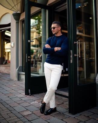Cómo combinar: jersey con cuello circular azul marino, pantalón chino blanco, mocasín de cuero negro, gafas de sol negras