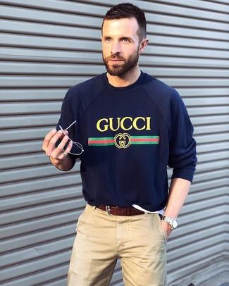 Cómo combinar: jersey con cuello circular estampado azul marino, pantalón chino en beige, correa de cuero en marrón oscuro, reloj plateado