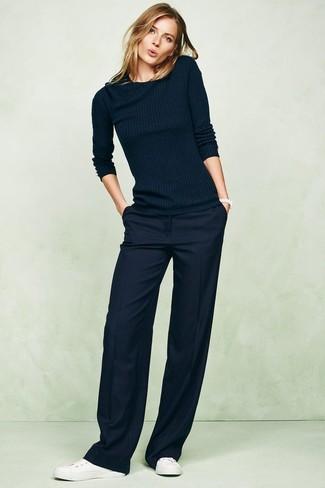 Cómo combinar: jersey con cuello circular azul marino, pantalones anchos azul marino, tenis de cuero blancos