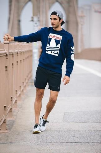 Cómo combinar: jersey con cuello circular estampado azul marino, pantalones cortos negros, deportivas grises, gorra de béisbol gris