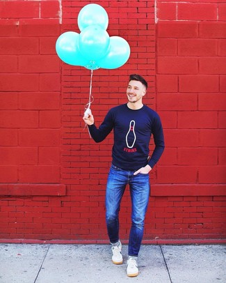 Cómo combinar: jersey con cuello circular estampado azul marino, vaqueros azules, tenis blancos, calcetines de rayas horizontales en azul marino y blanco