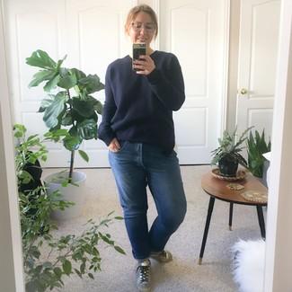 Cómo combinar: jersey con cuello circular azul marino, vaqueros boyfriend azules, tenis de cuero plateados