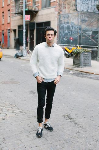 Cómo combinar: jersey con cuello circular blanco, camisa vaquera celeste, vaqueros pitillo negros, tenis azul marino