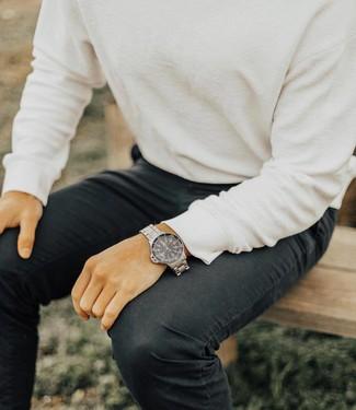 Cómo combinar: jersey con cuello circular blanco, vaqueros negros, reloj plateado