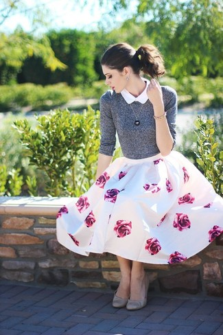 Cómo combinar: jersey con cuello circular gris, camisa de manga corta blanca, falda campana con print de flores en blanco y rosa, bailarinas de cuero grises