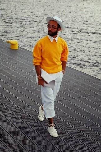 Cómo combinar: jersey con cuello circular naranja, camisa de manga corta blanca, pantalón chino blanco, tenis blancos