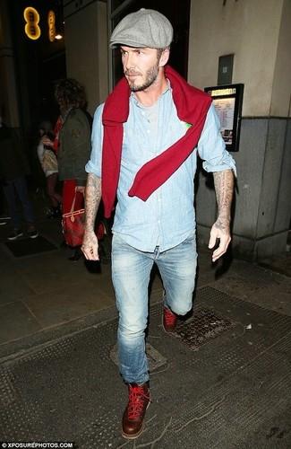 Cómo combinar: jersey con cuello circular rojo, camisa de manga larga de cambray celeste, camiseta con cuello circular gris, vaqueros celestes