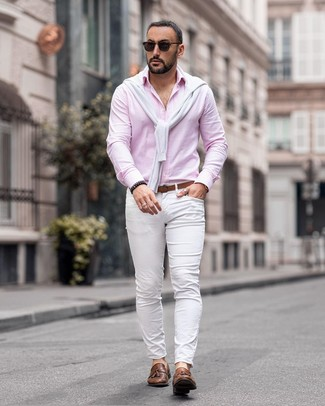 Cómo combinar: jersey con cuello circular blanco, camisa de manga larga rosada, pantalón chino blanco, mocasín con borlas de cuero marrón