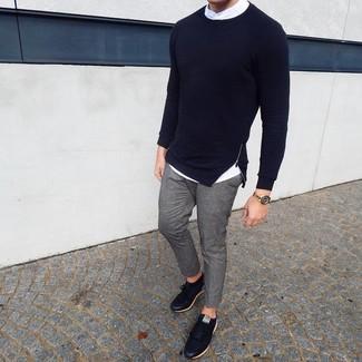 Cómo combinar: jersey con cuello circular azul marino, camisa de manga larga blanca, pantalón chino gris, tenis de cuero negros