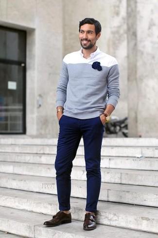 Cómo combinar: jersey con cuello circular celeste, camisa de manga larga blanca, pantalón chino azul marino, zapatos con doble hebilla de cuero en marrón oscuro
