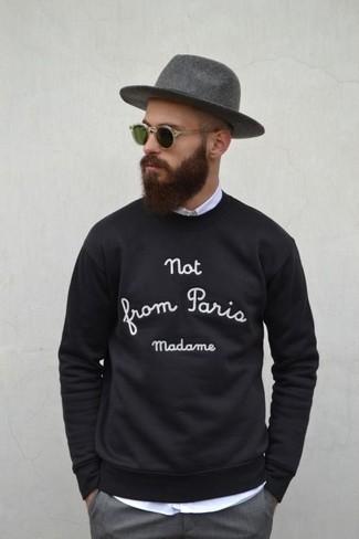 Cómo combinar: jersey con cuello circular estampado en negro y blanco, camisa de manga larga blanca, pantalón de vestir gris, sombrero de lana gris
