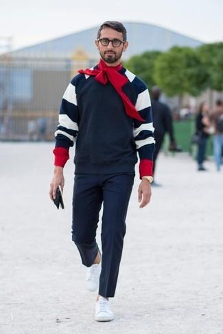 Cómo combinar: jersey con cuello circular de rayas horizontales en azul marino y blanco, camisa de manga larga roja, pantalón de vestir azul marino, tenis de cuero blancos