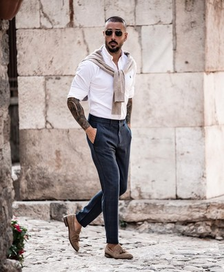 Cómo combinar: jersey con cuello circular en beige, camisa de manga larga blanca, pantalón de vestir azul marino, mocasín con borlas de ante marrón