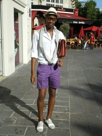 Cómo combinar: jersey con cuello circular gris, camisa de manga larga blanca, pantalones cortos en violeta, zapatos oxford de ante grises