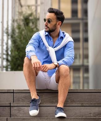 Cómo combinar: jersey con cuello circular blanco, camisa de manga larga azul, tenis de lona en azul marino y blanco, gafas de sol verde oscuro