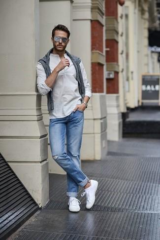 Cómo combinar: jersey con cuello circular gris, camisa de manga larga blanca, vaqueros celestes, tenis blancos