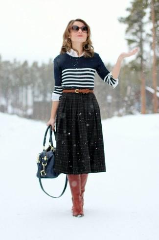 Cómo combinar: jersey con cuello circular de rayas horizontales en azul marino y blanco, camisa de vestir blanca, falda midi de tartán negra, botas de caña alta de cuero rojas