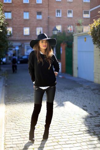 Un jersey con cuello circular negro y unos leggings de cuero negros son una gran fórmula de vestimenta para tener en tu clóset. ¿Quieres elegir un zapato informal? Elige un par de botas para el día.