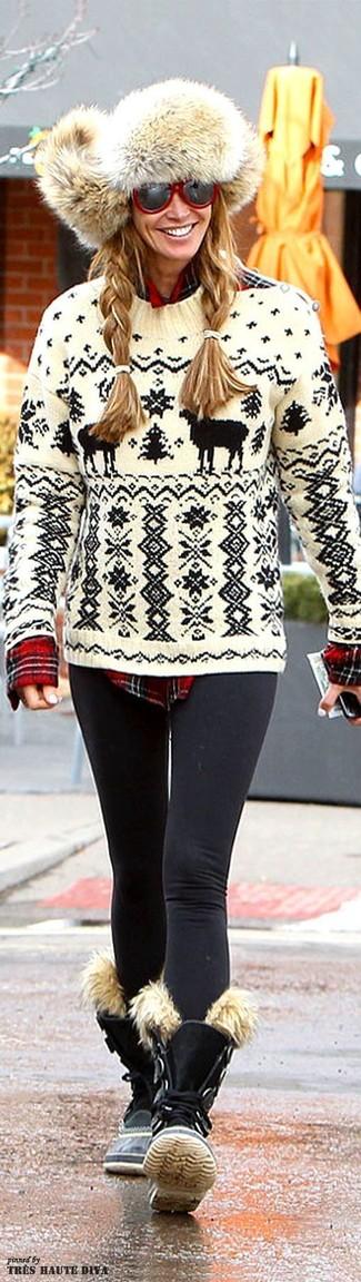 Cómo combinar: jersey con cuello circular de grecas alpinos en blanco y negro, camisa de vestir de tartán roja, leggings negros, botas planas con cordones de ante negras