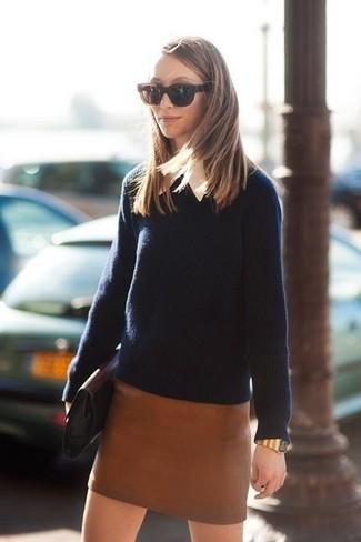 Cómo combinar: jersey con cuello circular azul marino, camisa de vestir blanca, minifalda de cuero marrón, cartera sobre de cuero negra