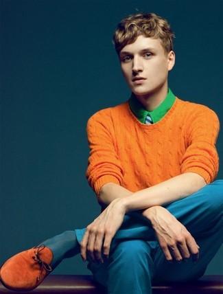 Cómo combinar: jersey con cuello circular naranja, camisa de vestir verde, pantalón chino azul, mocasín con borlas de ante en tabaco