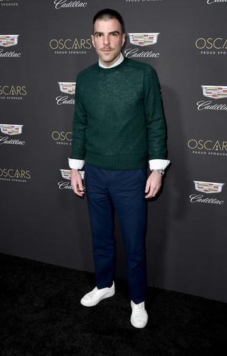 Look de moda: Jersey con cuello circular verde oscuro, Camisa de vestir blanca, Pantalón chino azul marino, Tenis blancos