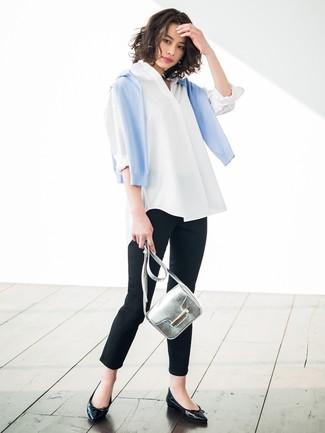 Cómo combinar: jersey con cuello circular celeste, camisa de vestir blanca, pantalones pitillo negros, bailarinas de cuero negras