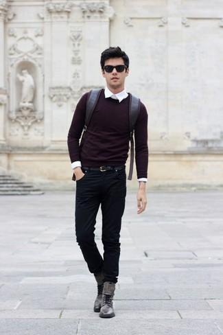 Cómo combinar: jersey con cuello circular burdeos, camisa de vestir blanca, vaqueros negros, botas casual de cuero grises
