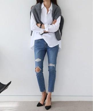 Cómo combinar: jersey con cuello circular gris, camisa de vestir blanca, vaqueros desgastados azules, zapatos de tacón de ante negros