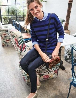 Cómo combinar: jersey con cuello circular de rayas horizontales azul, camisa de vestir de cambray celeste, vaqueros pitillo azul marino, bailarinas de cuero doradas