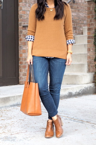 Cómo combinar: jersey con cuello circular marrón claro, camisa de vestir de cuadro vichy en azul marino y blanco, vaqueros pitillo azules, botines chelsea de cuero marrónes