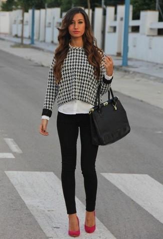 Cómo combinar: jersey con cuello circular de pata de gallo en negro y blanco, camisa de vestir blanca, vaqueros pitillo negros, zapatos de tacón de ante rosa