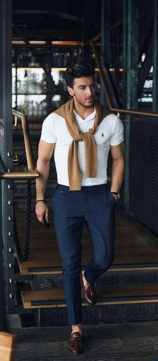 Cómo combinar: jersey con cuello circular marrón claro, camisa polo blanca, pantalón de vestir de rayas verticales azul marino, mocasín con borlas de cuero en marrón oscuro