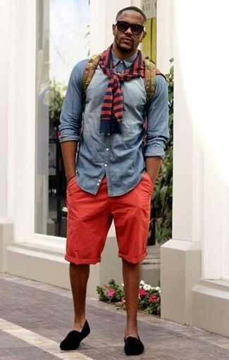 Cómo combinar: jersey con cuello circular de rayas horizontales en rojo y azul marino, camisa vaquera gris, pantalones cortos rojos, zapatillas slip-on de ante negras