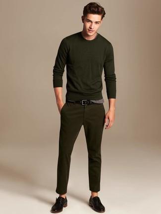 Cómo combinar: jersey con cuello circular verde oliva, camiseta con cuello circular gris, pantalón chino verde oliva, zapatos derby de cuero negros