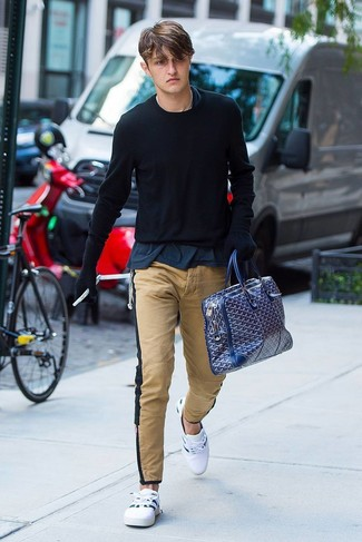 Cómo combinar: jersey con cuello circular negro, camiseta con cuello circular azul marino, pantalón chino marrón claro, tenis blancos