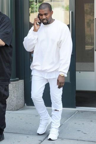 Cómo combinar: jersey con cuello circular blanco, camiseta con cuello circular blanca, vaqueros blancos, deportivas blancas