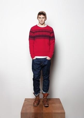 Cómo combinar: jersey con cuello circular de grecas alpinos rojo, camiseta con cuello circular blanca, vaqueros azul marino, botas casual de cuero marrónes