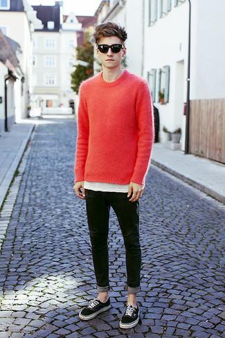 Un jersey con cuello circular rojo y unas gafas de sol son prendas que debes tener en tu armario. Haz este look más informal con tenis negros.