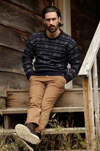 Cómo combinar: jersey con cuello circular de grecas alpinos negro, pantalón chino marrón, botas casual de cuero en marrón oscuro