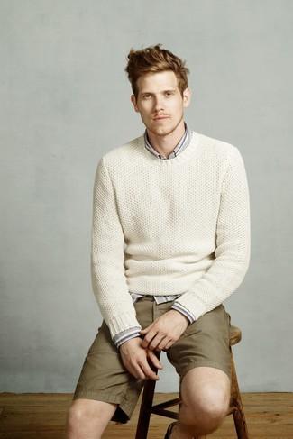 Cómo combinar: jersey con cuello circular de punto blanco, camisa de manga larga de rayas verticales gris, pantalones cortos verde oliva