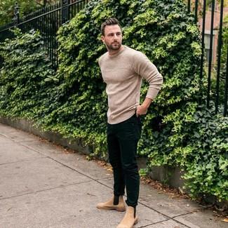 Cómo combinar: jersey con cuello circular de punto en beige, vaqueros pitillo negros, botines chelsea de ante marrón claro